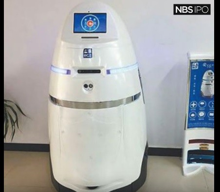 China debuted its very first police robot in Zhengzhou East Railway Station in Henan Province.